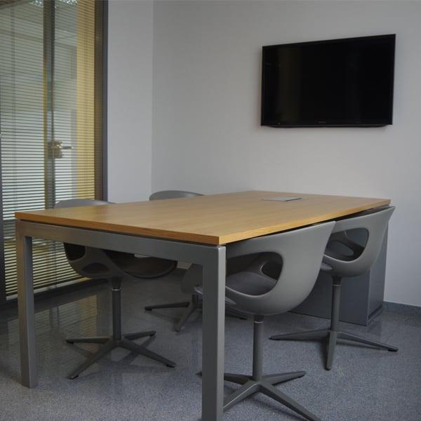 Konferenzraum mit Holztisch der Tischlerei Pickelein