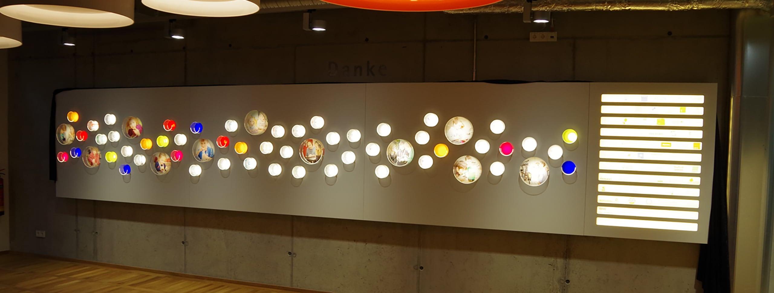 Wand mit runden Beleuchtungselementen der Tischlerei Pickelein
