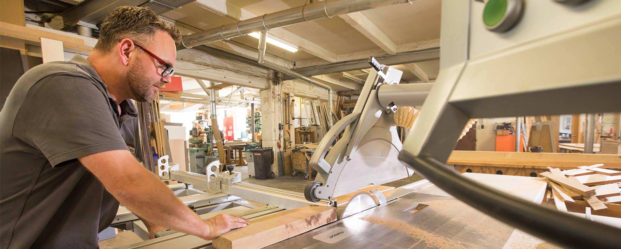 Tischler beim Zuschneiden von Holz in der Tischlerei Pickelein