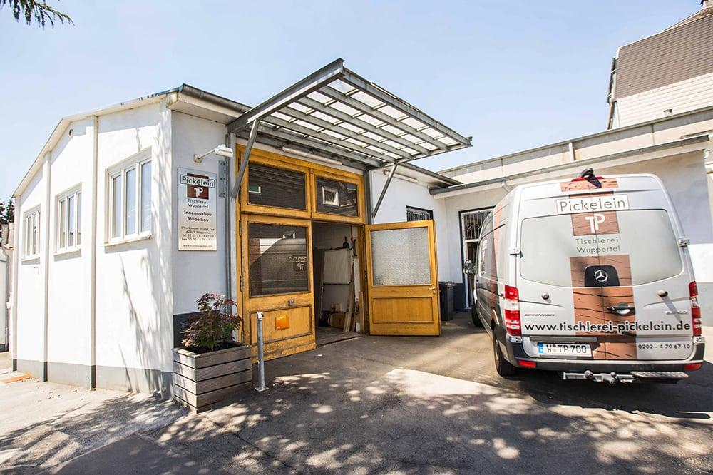 Transportwagen der Tischlerei Pickelein vor der Tischlerei