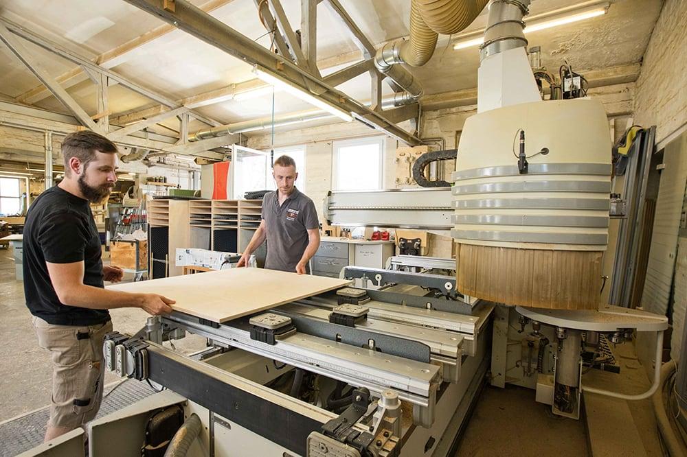 Zwei Tischler bei der Arbeit in der Tischlerei Pickelein
